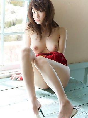 Enchanting gravure idol shows off her delicious naked boobs